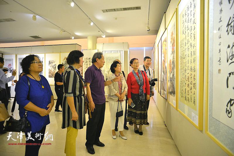 曹秀荣、霍然、孟昭丽、王俊英等在观赏展出的作品。