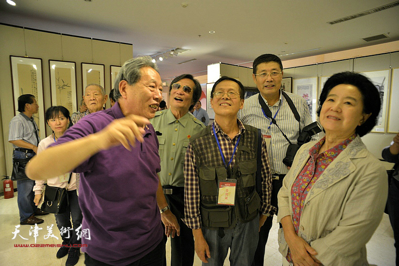 曹秀荣、霍然、张锡武、刘乃驹、尚金声、张春生在观赏展出的作品。
