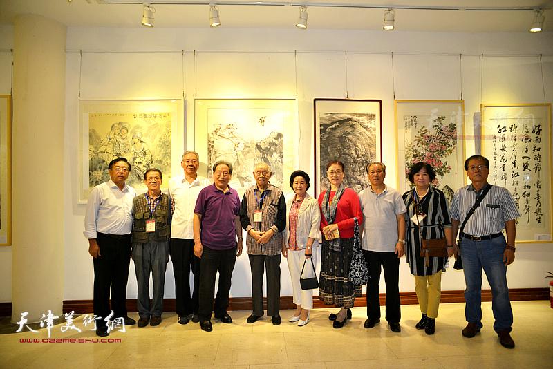左起:赵俊山、尚金声、赵玉森、霍然、张锡武、曹秀荣、王俊英、刘传光、孟昭丽、吕宝珠在画展现场。