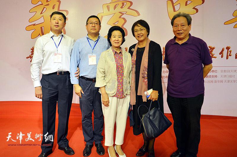 曹秀荣、霍然、王勇、融雪在画展现场。
