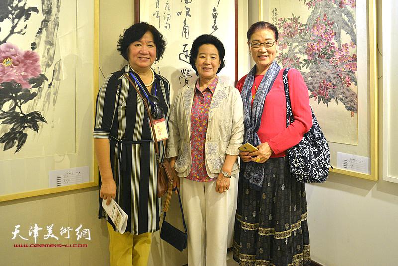 曹秀荣、孟昭丽、王俊英在画展现场。