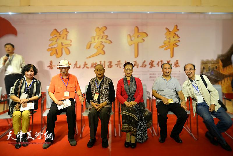 左起:孟昭丽、郭永元、张锡武、王俊英、刘传光、李清河在画展现场。