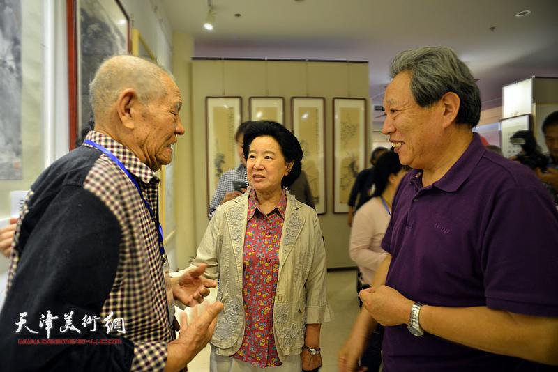 曹秀荣、张锡武、霍然在画展现场交流。
