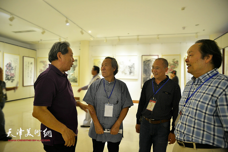 霍然、姬俊尧、向中林在画展现场交流。
