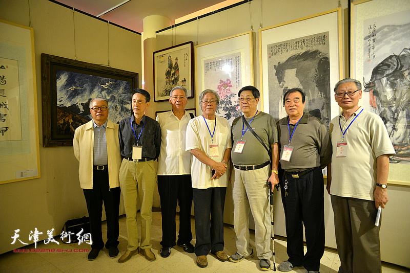 陈冬至、丁世儒、李文安、赵玉森等在画展现场。