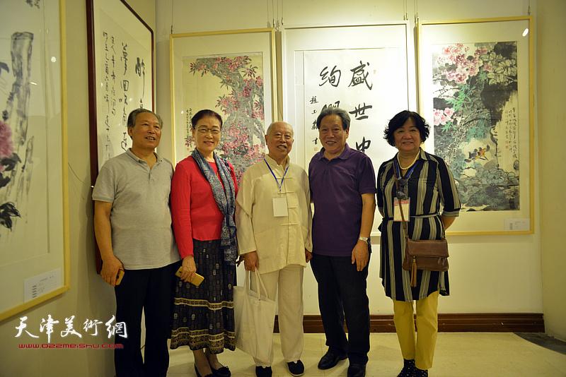左起:刘传光、王俊英、王俊生、霍然、孟昭丽在画展现场