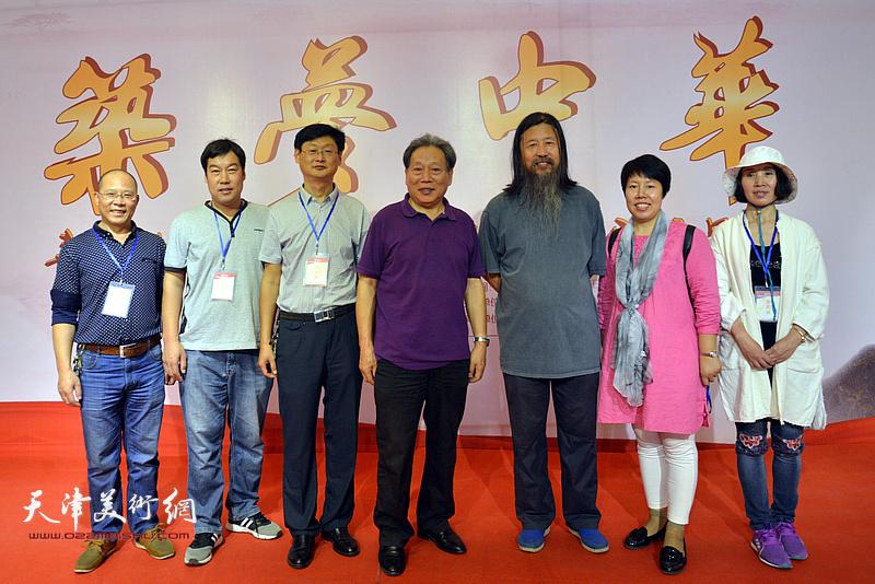 霍然、梁旭华与霍艳芳等邢台长城书画院的团队在画展现场