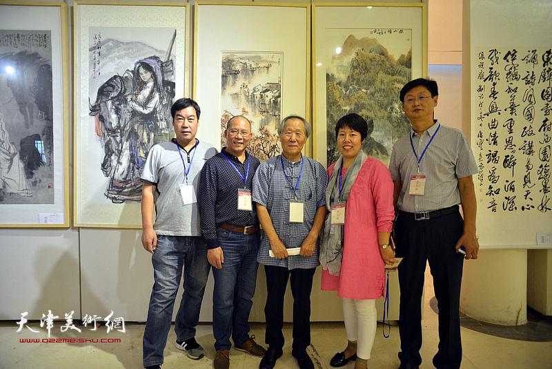 姬俊尧与霍艳芳等邢台长城书画院的团队在画展现场