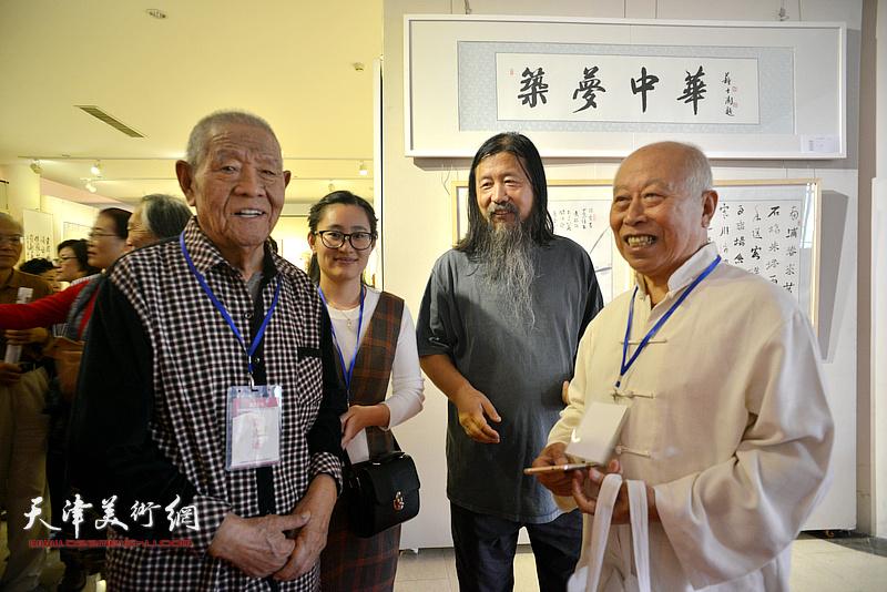 张锡武、王俊生、梁旭华在画展现场