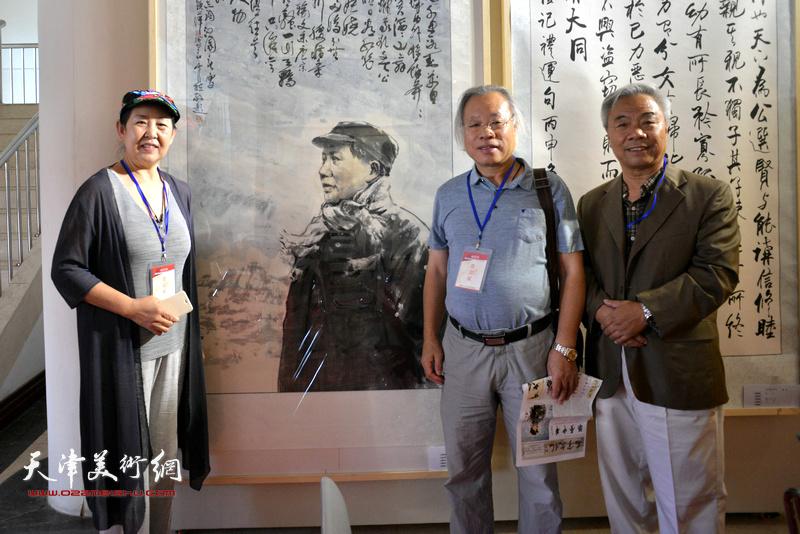 左起:武颖萍、王金厚、王大奇在画展现场