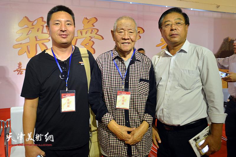 张锡武、赵俊山、杜润国在画展现场。
