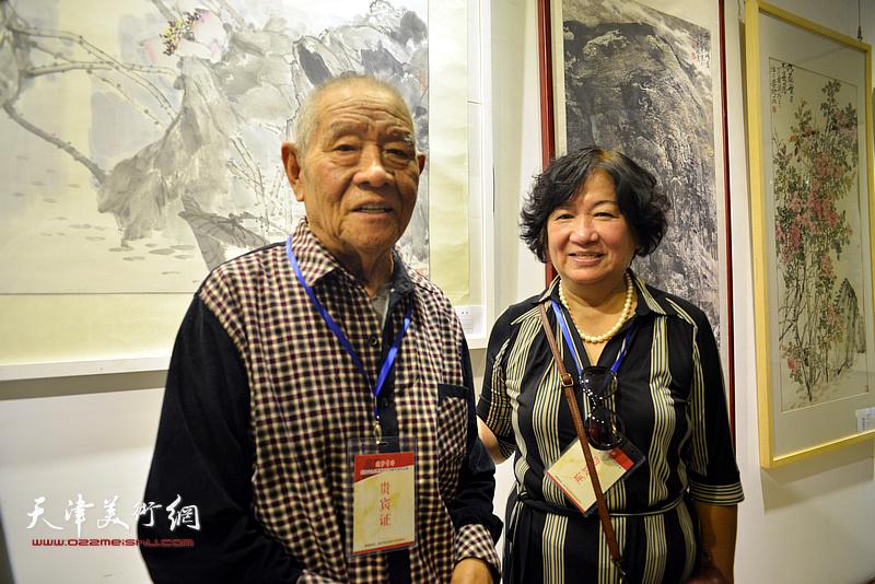 张锡武、孟昭丽在画展现场。