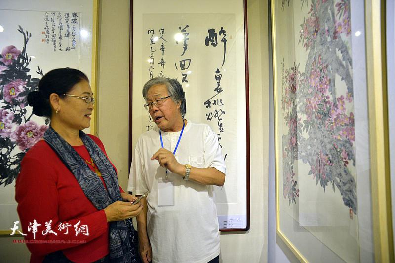 陈冬至、王俊英在画展现场。