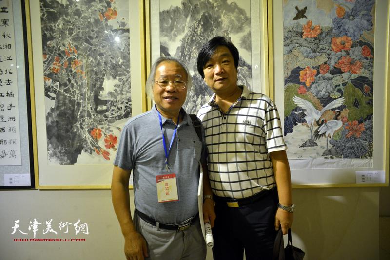 王金厚、翟洪涛在画展现场。