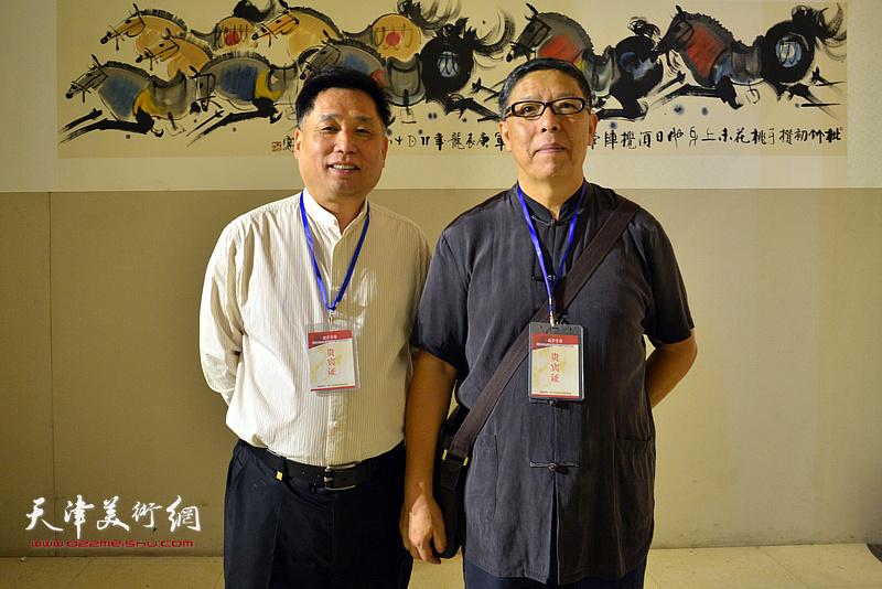 崔延吉、张金玉在画展现场。