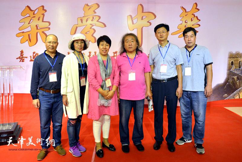霍艳芳与邢台长城书画院团队在画展现场。