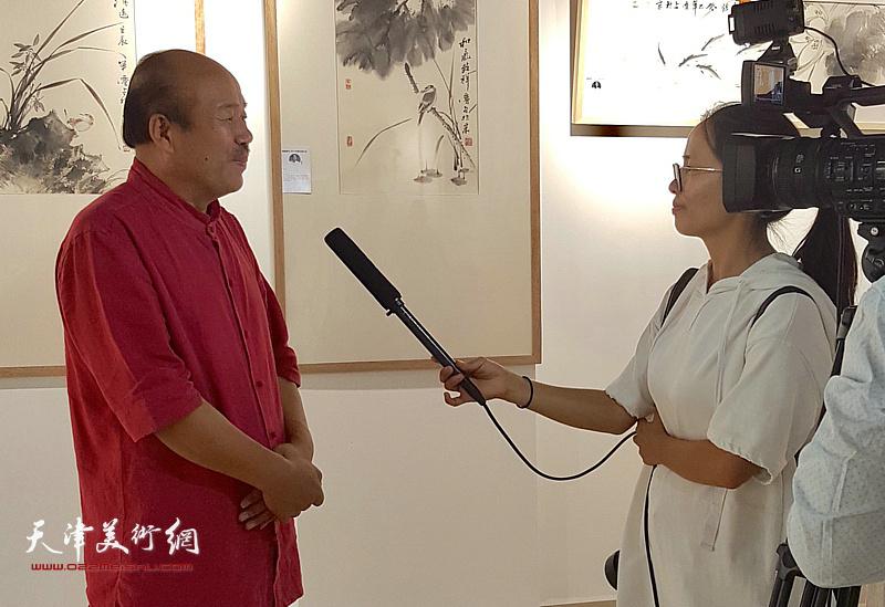 孟庆占接受媒体的采访。