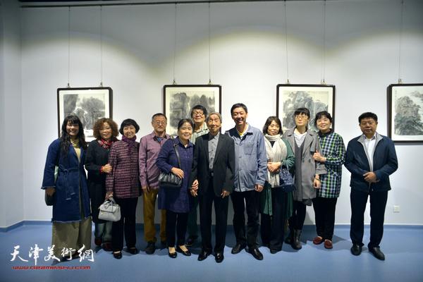 赵兵凯与张胜、王立宪、张小凡、赵千红、赵新立、刘莉莉、张养峰等在画展现场。
