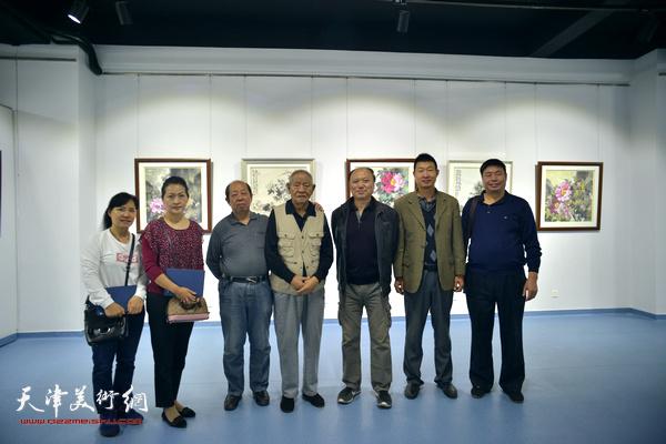 张锡武与韩祖音、张静、王旭、庄立祥等在画展现场。
