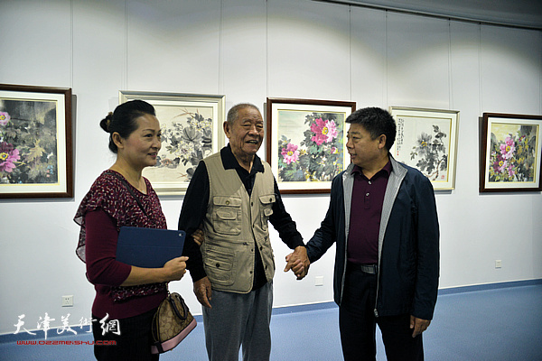 张锡武与张静、张养峰在画展现场。