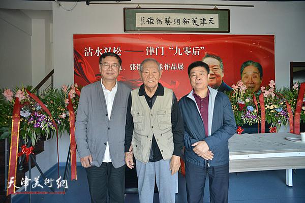 张锡武与张佩刚、张养峰在画展现场。