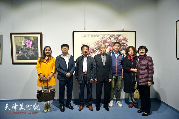 赵兵凯与詹卫国、赵新立、张养峰、訾春花等在画展现场。