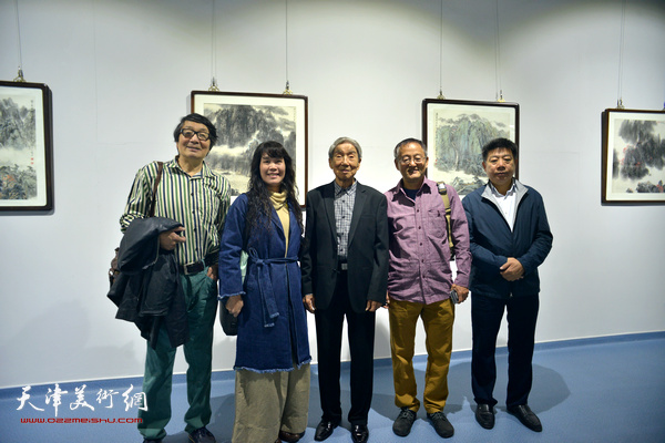 赵兵凯与张胜、张小凡、刘莉莉、张养峰在画展现场。