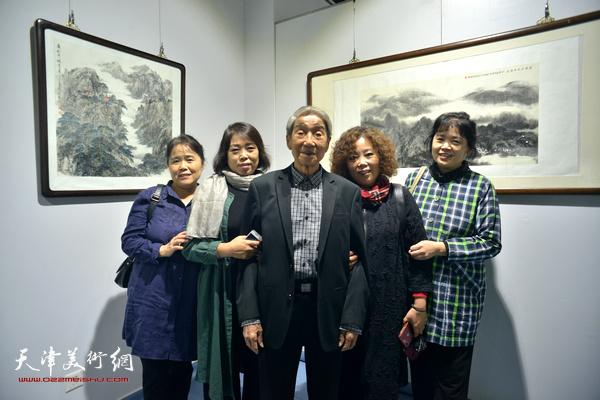 赵兵凯与女儿们在画展现场。