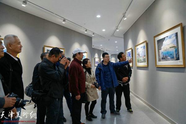 东丽文化馆美影部摄影干部高介平给影友们讲解作品