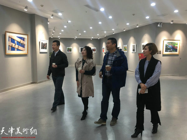 李庆海、 邢晓阳、王祎、王霞在影展观展中