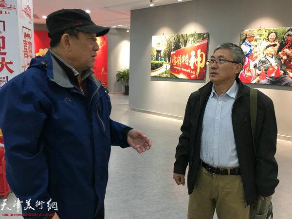 天津市群众艺术馆美影部副主任郝金宝、东丽区摄影家协会主席王晶一在影展现场交流