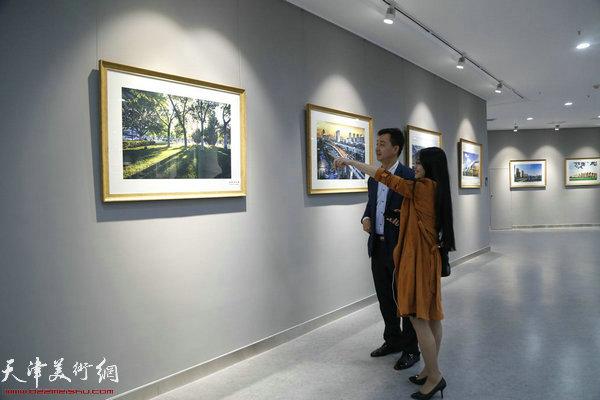 陕西省侯马市摄影家协会副主席刘荣荣及爱人在观展现场