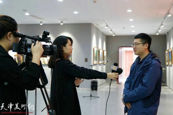 东丽文化馆美影部摄影干部高介平老师接受采访
