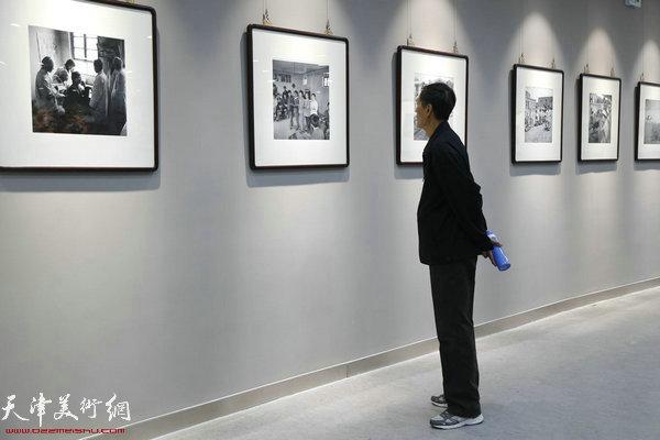 """观众在""""记忆东丽老照片展区""""观赏作品。"""