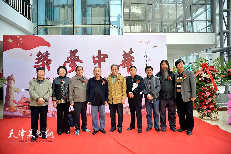 左起:王惠民、刘正、蒋峰、王金厚、霍然、杨海清、李根友、梁旭华、翟洪涛在画展现场。