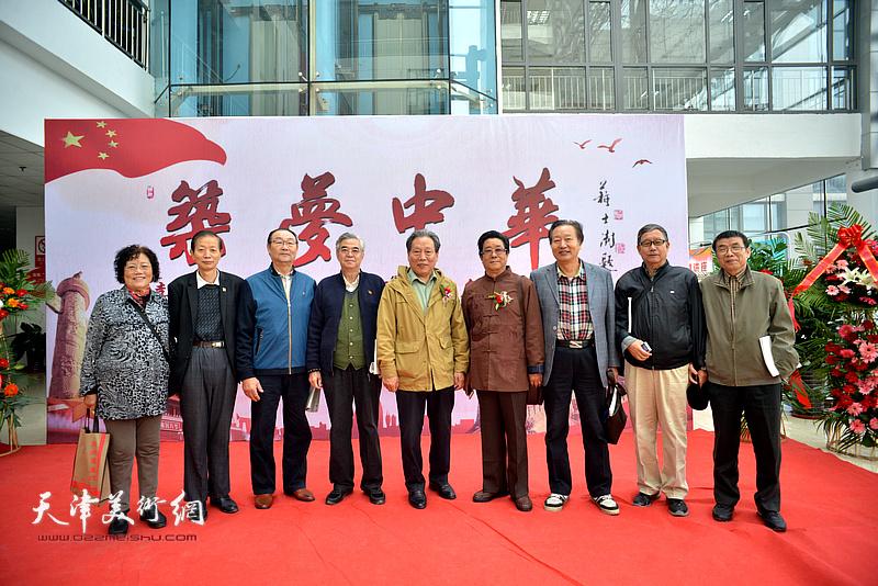 左起:陈玉梅、赵同相、邱贵杨、张建国、霍然、曲学真、刘家城、王庆普、李双林在画展现场。