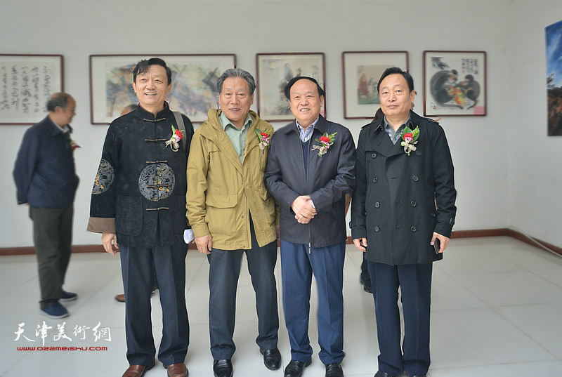 左起:郎岗峰、霍然、周国江、盖凤安在画展现场。