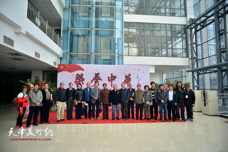天津、邢台两地各级领导、书画家们在画展现场。