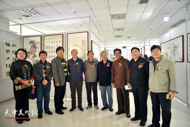 左起:刘正、李根友、翟洪涛、李智纲、蒋峰、王金厚、曲学真、杨海清、王惠民在画展现场。