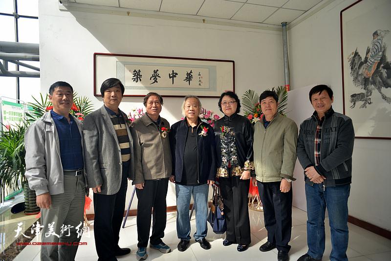 左起:霍增现、翟洪涛、蒋峰、王金厚、刘正、王惠民、李根友在画展现场。