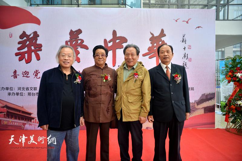 左起:王金厚、曲学真、霍然、谷志科在画展现场。