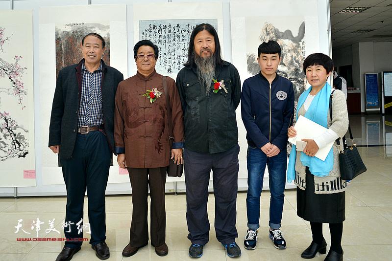 曲学真、梁旭华与书画爱好者在画展现场。