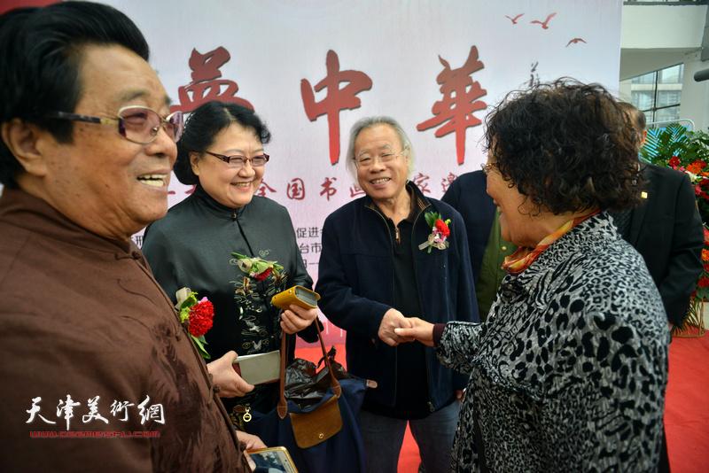 曲学真、王金厚、刘正、陈玉梅在画展现场交流。