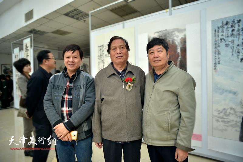 左起:李根友、蒋峰、王惠民在画展现场。
