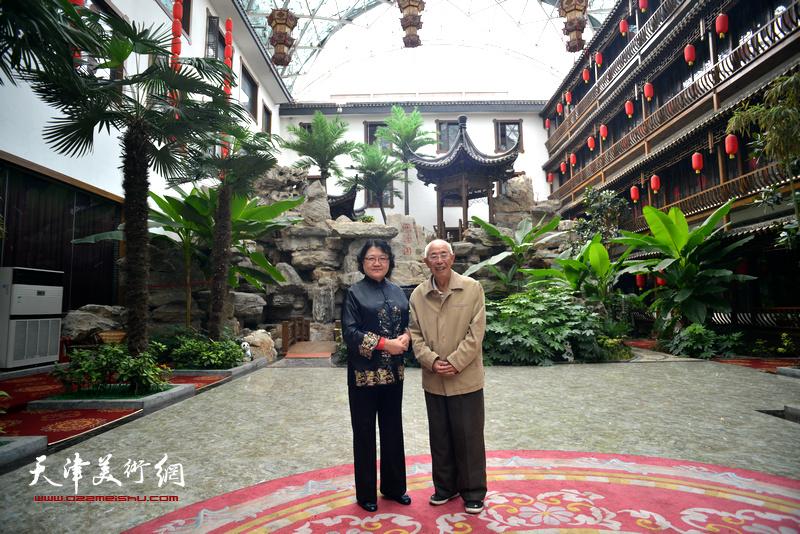 刘正与邢台市美术家协会老主席韩喜增在润泽园。