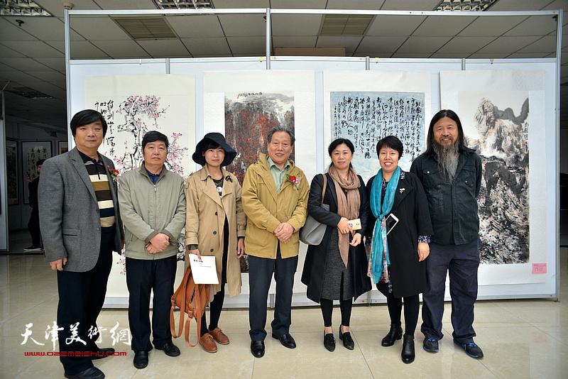 霍然、王惠民、梁旭华、翟洪涛、霍艳芳与书画爱好者在画展现场。