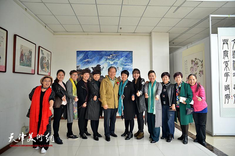 霍然与当地书画爱好者在画展现场。