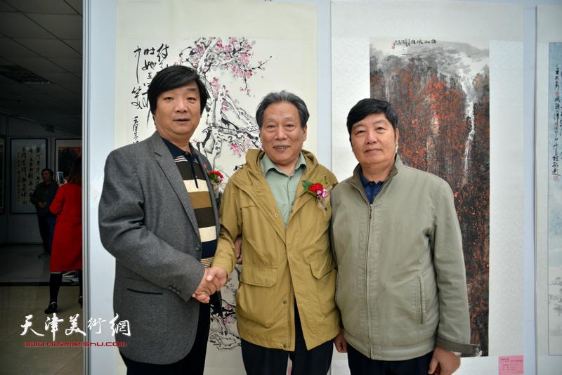 霍然、王惠民、翟洪涛在画展现场。