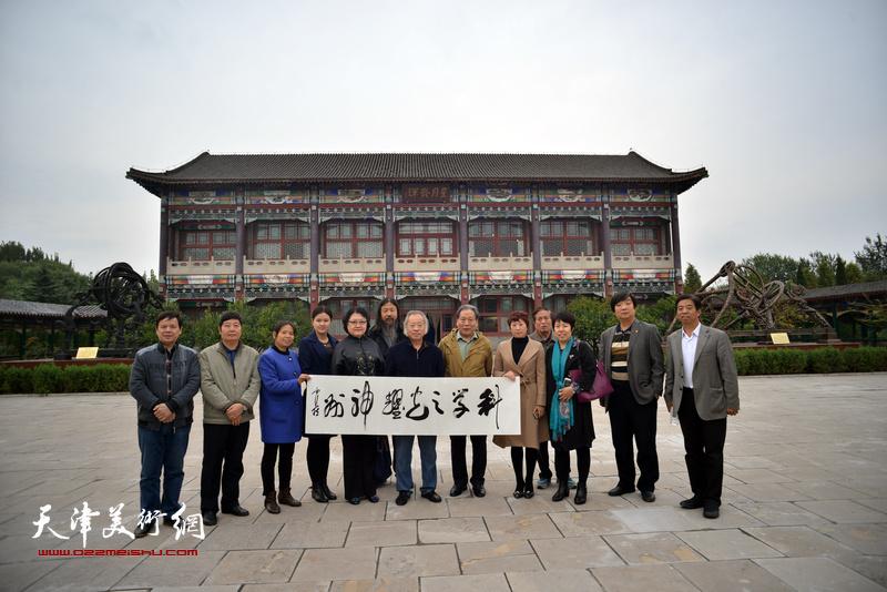 霍然等天津书画家访问郭守敬纪念馆。