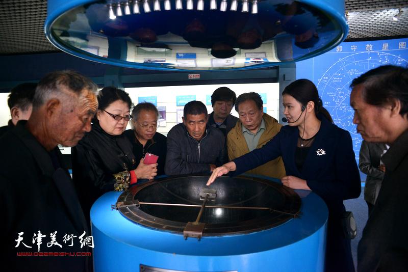 天津书画家访问郭守敬纪念馆。